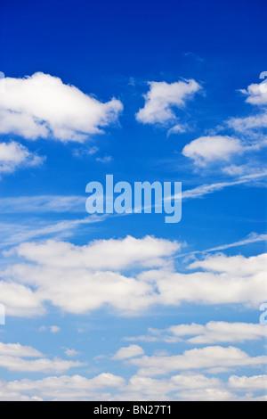 Ciel bleu avec des nuages de fond blanc moelleux Banque D'Images