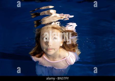 Little girl making funny face à la natation sous-marine