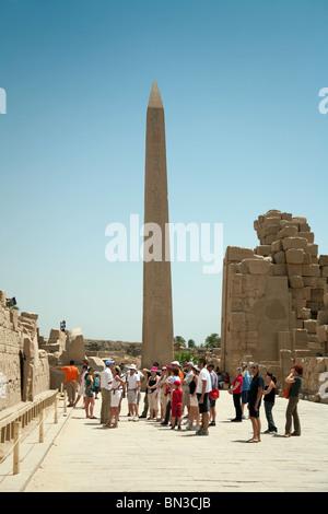 Les touristes autour de l'Obélisque d'Hatshepsout, dans les ruines de temple de Karnak à Louxor, Egypte complexes Banque D'Images