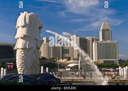 Statue du Merlion et de Suntec City skyline Singapour
