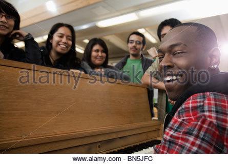 Les élèves en classe de chant Banque D'Images
