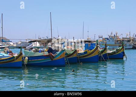 Port de Marsaxlokk et Luzzus traditionnels, bateaux de pêche en bois peint de couleurs vives, Marsaxlokk, Malte, Banque D'Images