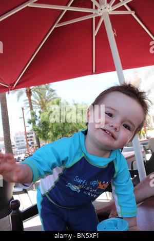 Petit garçon d'être audacieux, smiling Banque D'Images