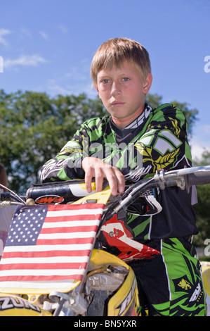 Un fier jeune garçon est prêt à rouler son motor-bike dans le 4 juillet parade à Capitan, Nouveau Mexique. Banque D'Images