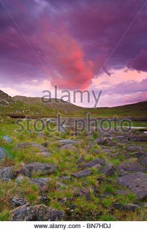 Ciel coloré au-dessus de l'île Runde dans la partie occidentale de la Norvège. Banque D'Images
