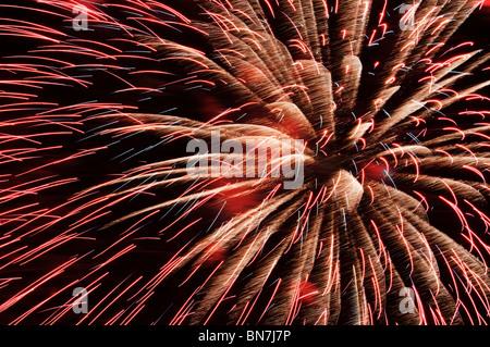 Une explosion de feux d'artifice remplit le ciel nocturne pour célébrer le quatrième de juillet à Tumwater, Washington. Banque D'Images