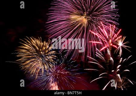 Plusieurs bouffées d'artifice remplir le ciel nocturne dans un éblouissant affichage pyrotechnique sur la quatrième Banque D'Images