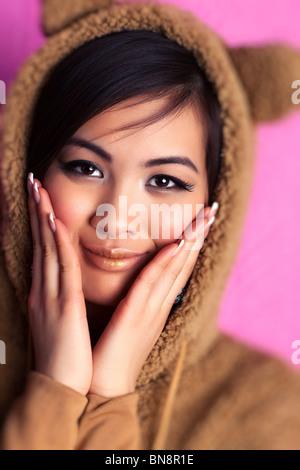Jeune femme en costume d'ours au Japon. Effet mise au point sélective. Banque D'Images