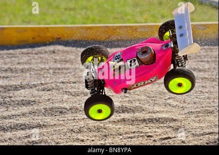 Buggy radio-commandé, course dans les championnats européens, pris dans les airs à l'avance sur le cours. Banque D'Images