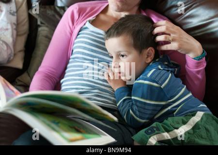 Lecture de la mère à l'enfant histoires Banque D'Images