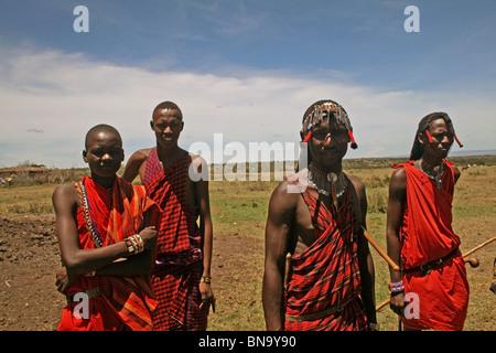 Les villageois Masai posant pour l'appareil photo dans le Masai Mara National Reserve, Kenya Banque D'Images