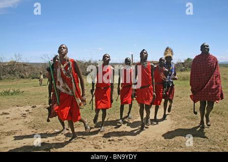 La danse de villageois Masai village il y a à l'intérieur de la réserve nationale de Masai Mara, Kenya Banque D'Images