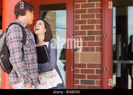 Les élèves du secondaire à l'extérieur de bâtiment de l'école Banque D'Images