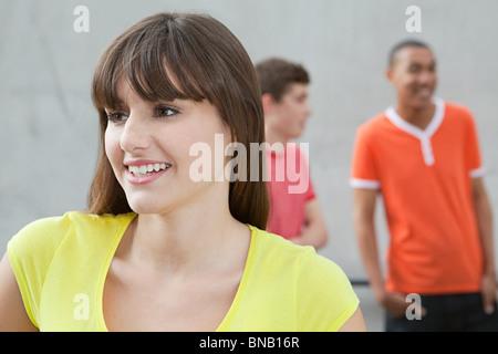 Jeune femme et deux jeunes hommes Banque D'Images