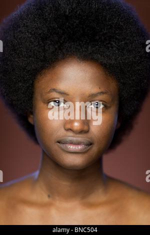 Portrait de jeune femme d'origine africaine avec afro retro hairstyle Banque D'Images