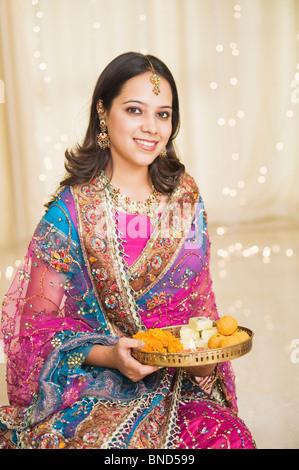 Femme tenant une pooja thali de Diwali Banque D'Images