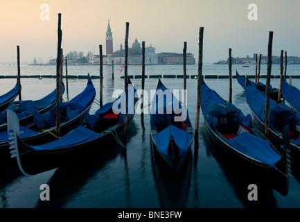 Les gondoles amarrées à l'aube sur le grand canal à Venise Italie
