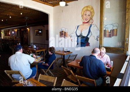Les gens à manger Restaurant Biergarten Auslander et Hill Country, Fredericksburg, au Texas, USA