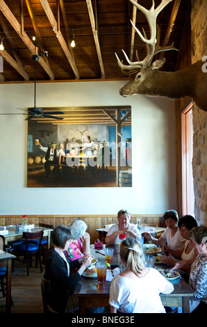 Groupe de femmes dans la soixantaine et dîner au restaurant Biergarten Auslander Hill Country, Fredericksburg, au Texas, USA