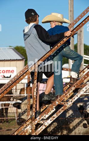 Deux amis en coulisses lors d'une petite ville PRCA Rodeo, Bridgeport, Texas, États-Unis