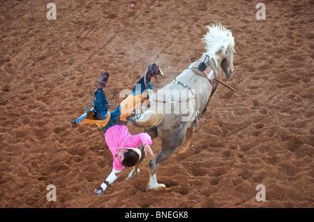 Rodeo Cowboy membre de l'érythroblastopénie tomber à partir du dos de cheval dans Petite-ville Bridgeport, Texas, États-Unis