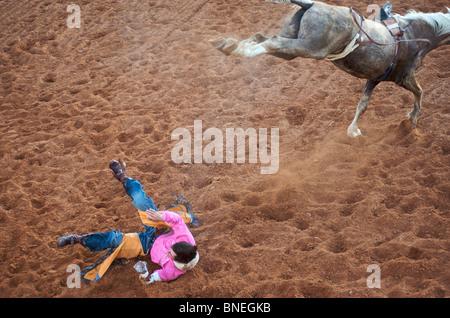 Rodeo Cowboy membre de l'érythroblastopénie tombé de l'arrière de l'horseIn Smalltown Bridgeport Texas, États-Unis