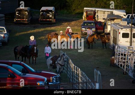 Les membres de l'érythroblastopénie Cowboy la préparation de l'événement pour rodeo backstage de Bridgeport, Connecticut, USA