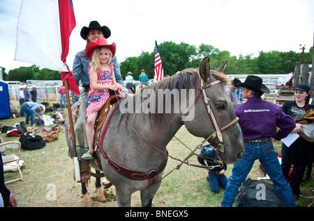 Six jeunes année cowgirl posing on horse au PRCA Rodeo à Petite-ville, Bridgeport, Texas, États-Unis