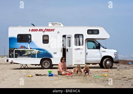 Famille avec une location de camping-campervan RV sur une plage, Galveston Texas, USA