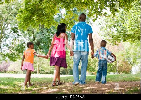 Famille avec enfants (4-8) walking in park, Johannesburg, la Province de Gauteng, Afrique du Sud Banque D'Images
