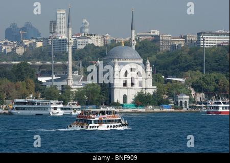 Vue depuis le Bosphore de la nouvelle mosquée de Dolmabahçe nettoyé sur les rives du Bosphore Banque D'Images