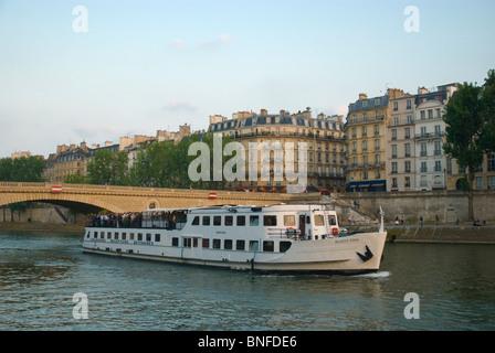 Boat on River Seine soir d'été Paris France Europe Banque D'Images