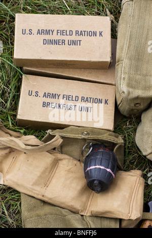 Les rations de l'armée et d'une Grenade Banque D'Images