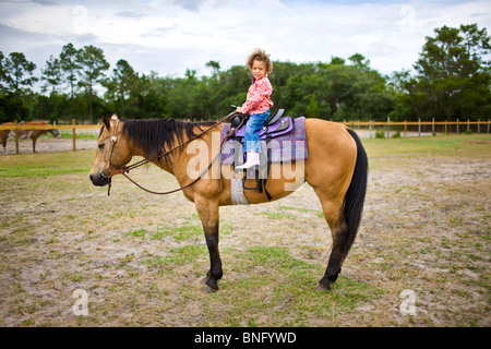 Girl riding a horse Banque D'Images
