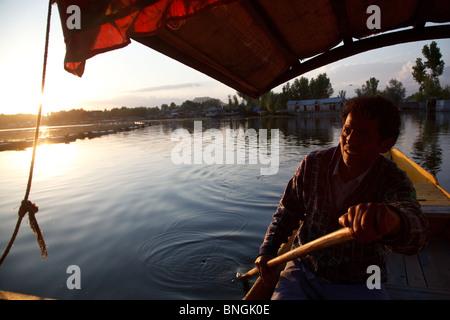 Un shikara balade en bateau sur le lac Dal à Srinagar, Jammu-et-Cachemire, en Inde. Banque D'Images