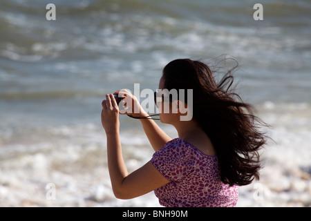 Vietnamese woman photographing avec appareil photo compact numérique Banque D'Images