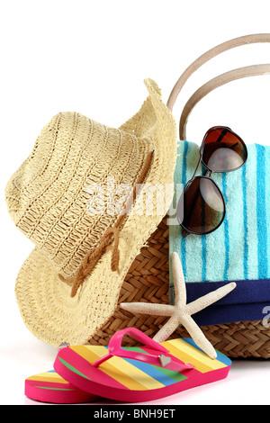 Sac de plage avec serviette,paille-hat,lunettes de soleil et tongs Banque D'Images