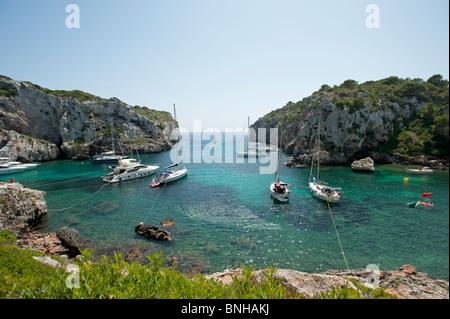 La voile des bateaux amarrés dans les criques de l'ACSAL Sleepy Cove sur l'île espagnole de Minorque Banque D'Images