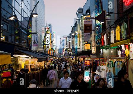 Japon Asie Tokyo town city quartier de Ueno Ameyoko shopping shopping dans les boutiques du soir auprès des passants Banque D'Images