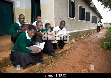 Les élèves du secondaire à l'école lecture - Bukoba, Tanzanie, Afrique de l'Est Banque D'Images