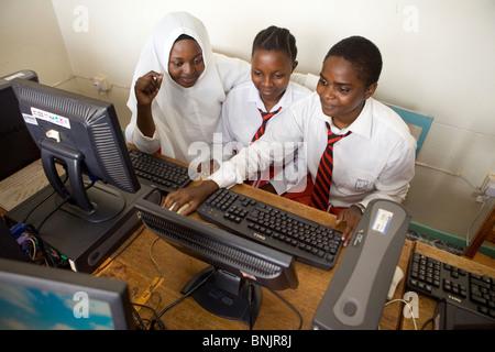Les étudiants du secondaire en classe d'informatique - Bukoba, Tanzanie, Afrique de l'Est Banque D'Images
