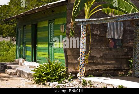 L'une des maisons aux couleurs locales dans le village de pêcheurs de Baru. Banque D'Images