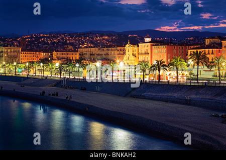 Soirée à la plage/à la Promenade des Anglais à Nice sur la côte d'Azur (Côte d'Azur) Banque D'Images