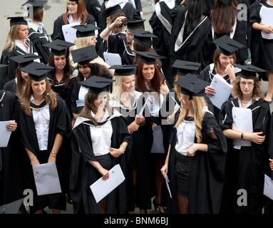 Les diplômés de sexe féminin après leurs diplômes à l'Université de Birmingham. Banque D'Images