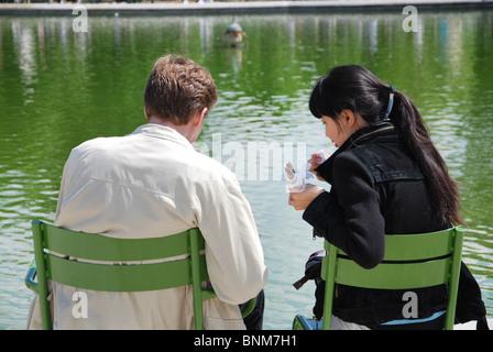 Les gens se détendre dans les jardins des Tuileries Paris France Banque D'Images