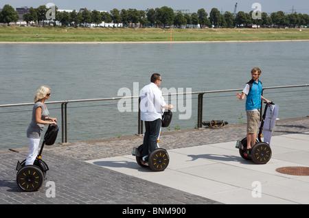 Les personnes qui utilisent le transporteur personnel Segway, en cours de formation à Cologne, Allemagne. Banque D'Images