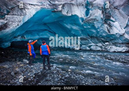 Les kayakistes hommes et femmes d'explorer une grotte de glace en face de Shoup Glacier, Shoup Bay State Marine Banque D'Images