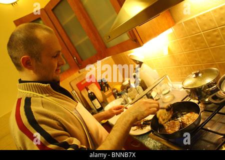 Un homme préparer le déjeuner Banque D'Images