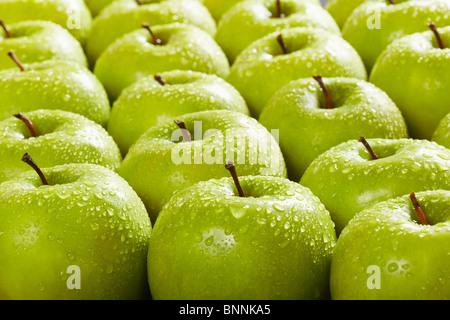 Grand groupe de pommes Granny Smith dans une rangée. Selective focus Banque D'Images