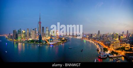 Chine Shanghai town city des immeubles les immeubles de grande hauteur sur les toits de la ville de la rivière Huangpu Banque D'Images